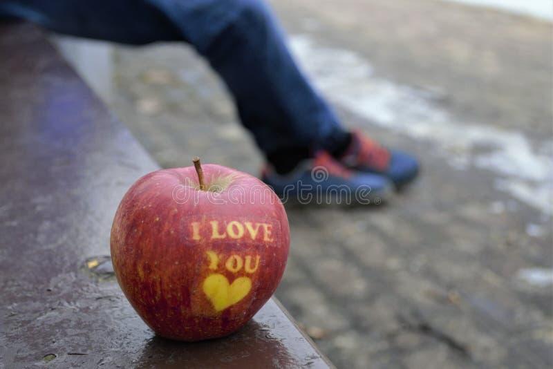 Apple van liefde op de bank stock fotografie