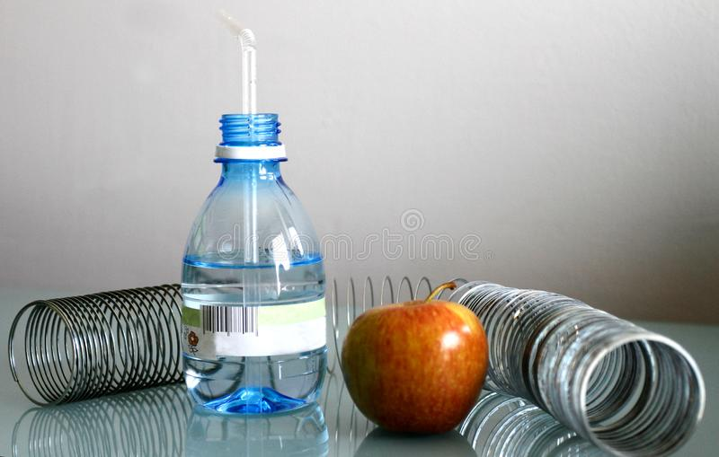Apple vatten och vår på en grå bakgrund arkivfoto