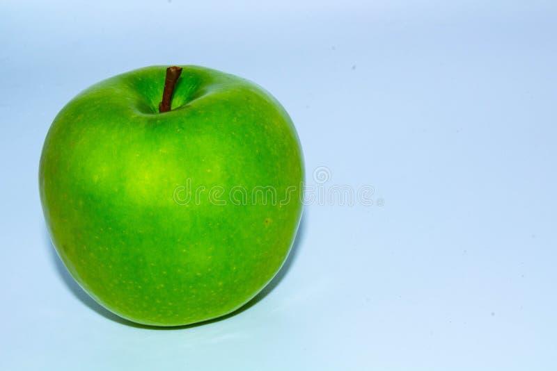 Apple verde aislado en el fondo blanco en a toda profundidad del campo con la trayectoria de recortes fotografía de archivo