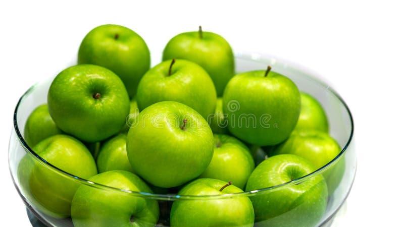 Apple verde fresco in ciotola fotografia stock
