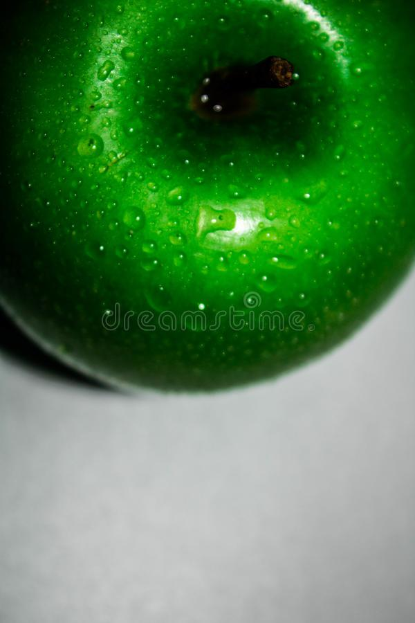 Apple verde fresco perfeito isolado no fundo branco na profundidade de campo completa com trajeto de grampeamento foto de stock royalty free