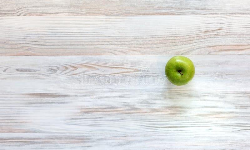 Apple verde no fundo de madeira fotos de stock