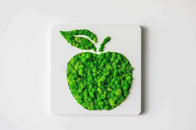 Apple verde su una parete immagine stock