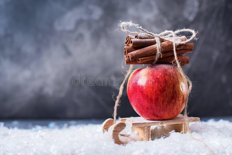 Apple vermelho ramifica pequeno trenó pequeno da canela fotografia de stock