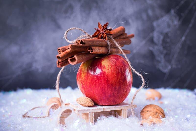 Apple vermelho ramifica pequeno trenó pequeno da canela foto de stock