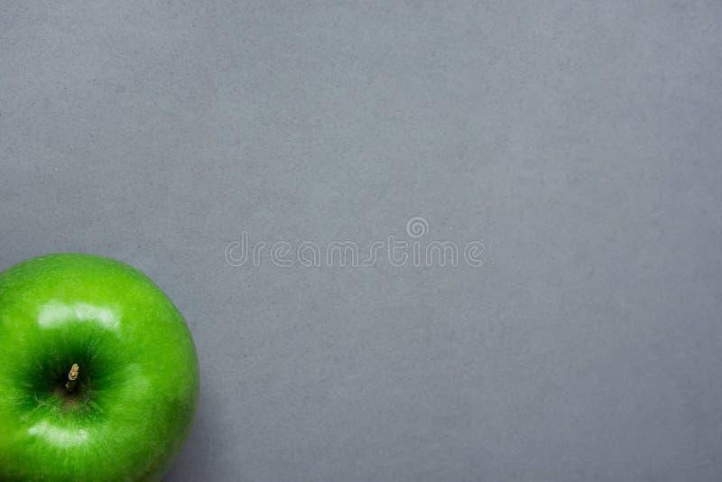 Apple vert mûr sur Grey Stone Background Tabletop Récolte plate Autumn Fall Gratefulness de thanksgiving de configuration Logo de image libre de droits