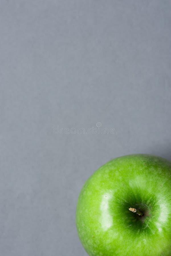 Apple vert mûr sur Grey Stone Background Tabletop Récolte plate Autumn Fall Gratefulness de thanksgiving de vue supérieure de con images stock