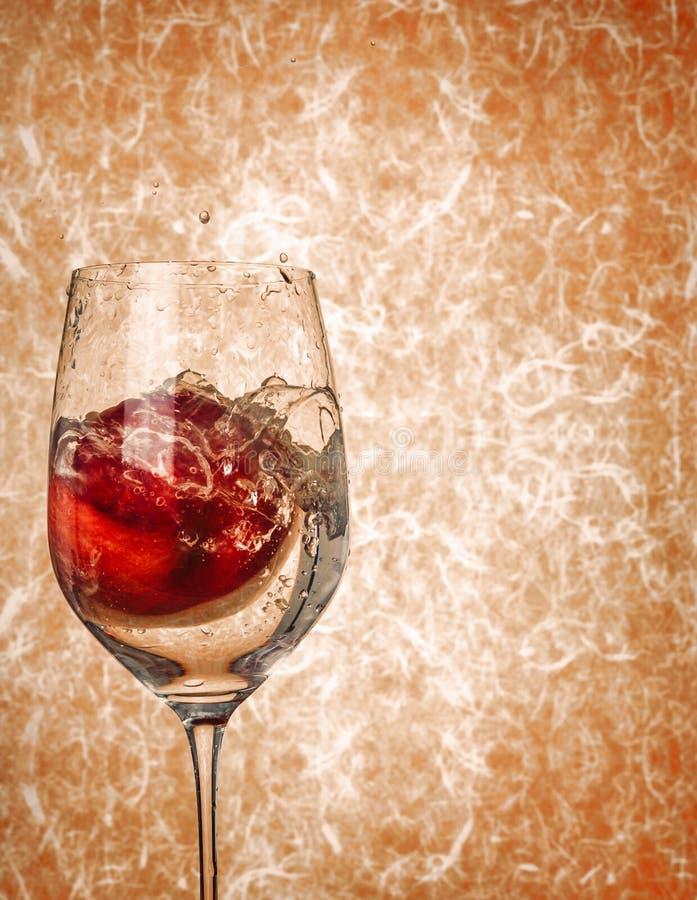 Apple in vetro di vino con acqua spruzza immagine stock libera da diritti