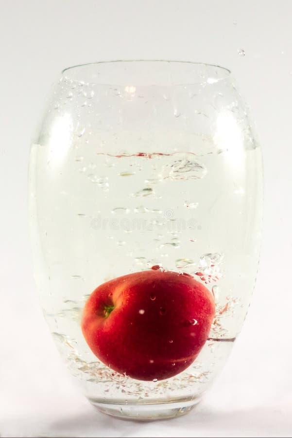 Apple w wazie z wodą zdjęcia stock