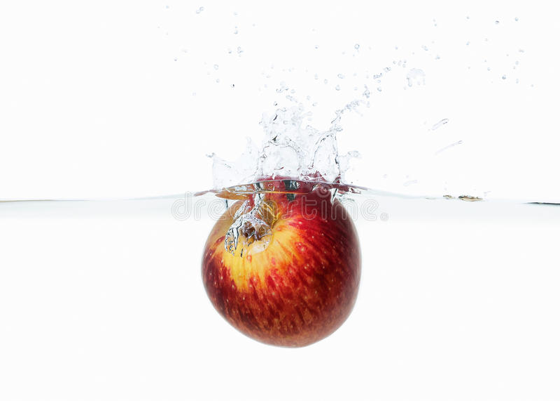 Apple in waterplons wordt gelaten vallen op wit dat stock foto's
