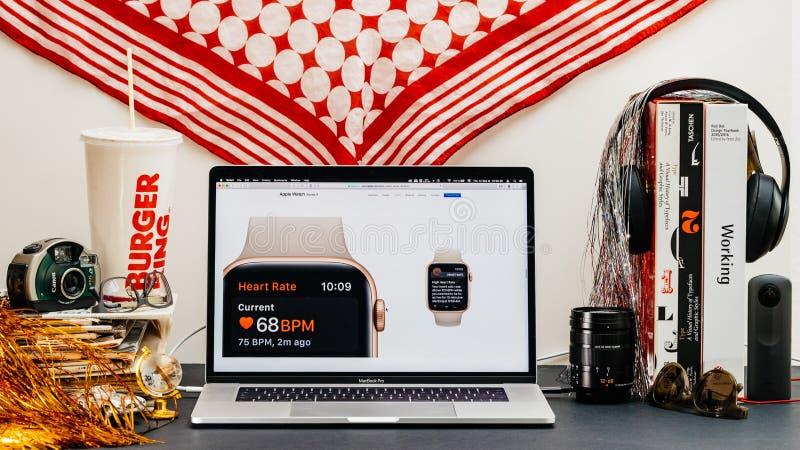 Apple website med cardio senast ecg för avkännare för hjärta för klockaserie 4 royaltyfria foton