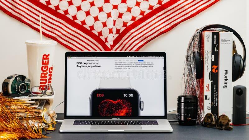 Apple website med den advertorial senaste avkännaren för ecg för klockaserie 4 royaltyfri bild