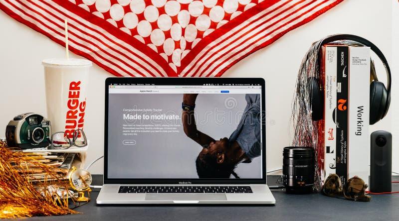 Apple website med den senaste bogseraren för aktivitet för klockaserie 4 arkivbilder