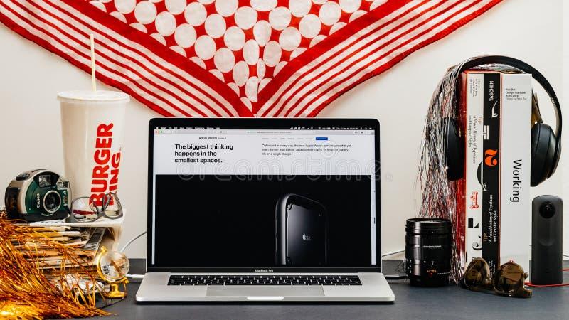 Apple website med den senaste chipen S4 för klockaserie 4 royaltyfri foto