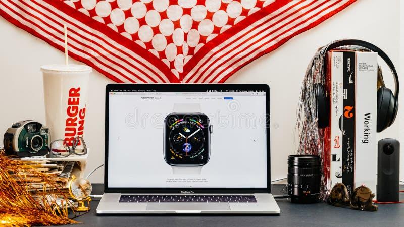 Apple website med den senaste framsidan för klocka för klockaserie 4 royaltyfri fotografi