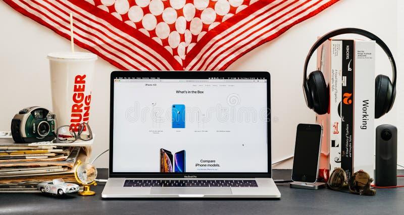 Apple website med den senaste iPhonen Xr vilken ` s i asken, blå fini arkivbilder