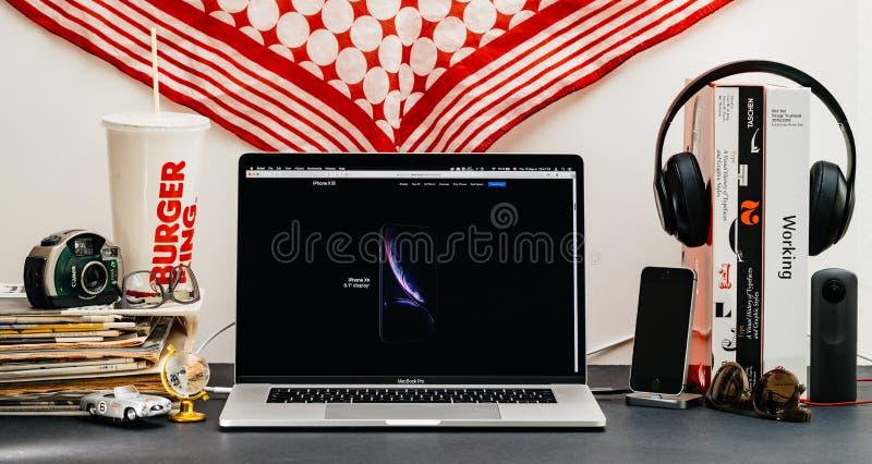 Apple website med den senaste iPhonen Xs och klockaserie 4 arkivbild