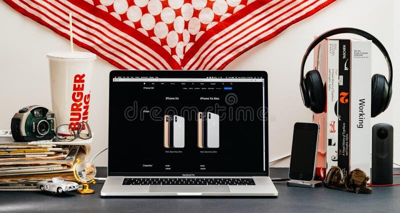 Apple website med den senaste iPhonen Xs och klockaserie 4 royaltyfri fotografi
