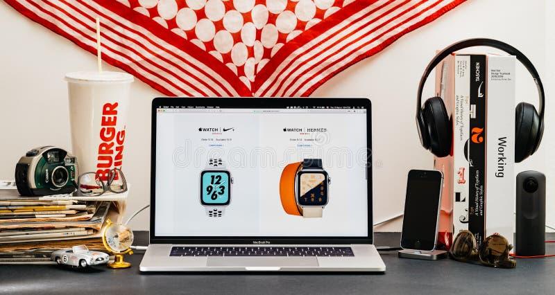 Apple website med den senaste klockaserien 4 Hermes och nike royaltyfri foto
