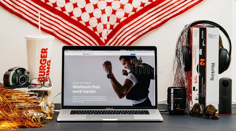Apple website med den senaste presentationen för genomkörare för klockaserie 4 royaltyfri bild