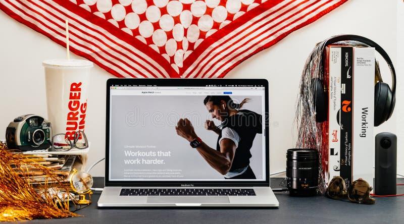 Apple website med den senaste presentationen för genomkörare för klockaserie 4 royaltyfri fotografi