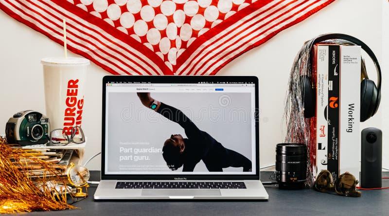 Apple website med den senaste presentationen för genomkörare för klockaserie 4 royaltyfria foton