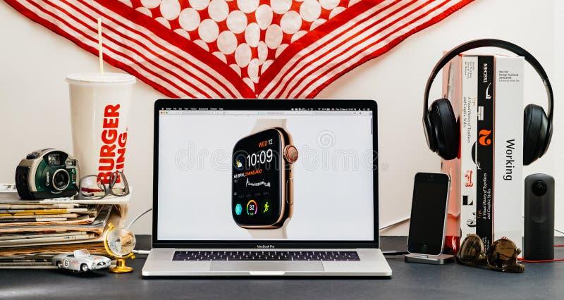 Apple website med senast den guld- klockan för klockaserie 4 arkivfoto