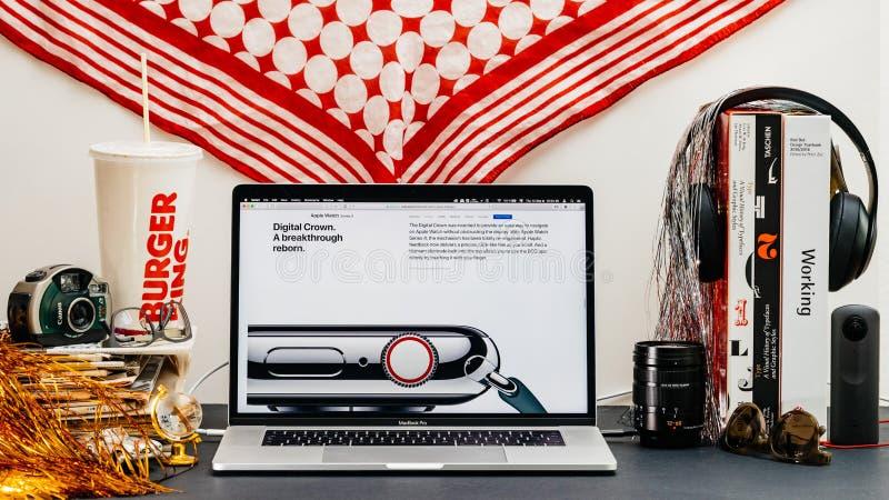 Apple website med senast den nya digitala kronan för klockaserie 4 royaltyfria bilder
