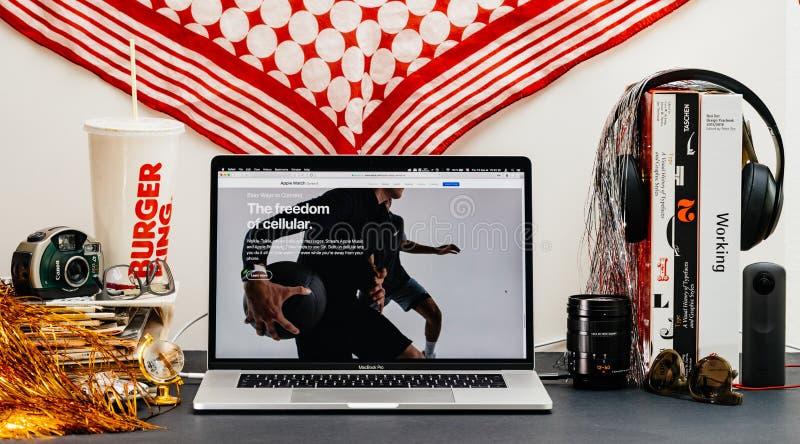 Apple website med senast frihet för klockaserie 4 av cell- royaltyfri foto