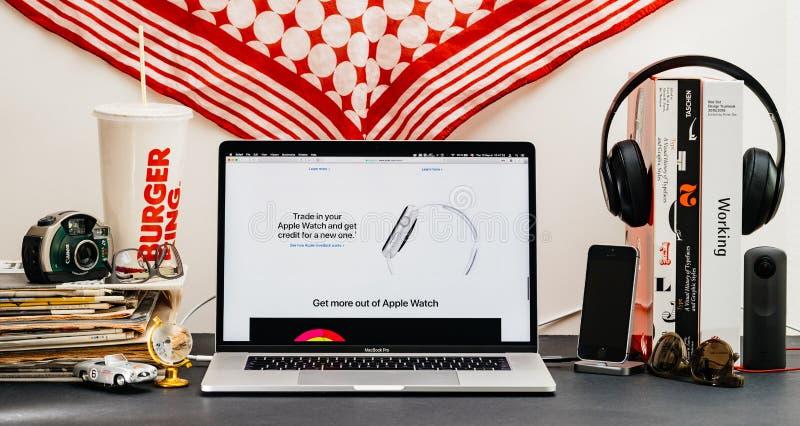 Apple website med senast handel för klockaserie 4 i klockaprogramm royaltyfri foto