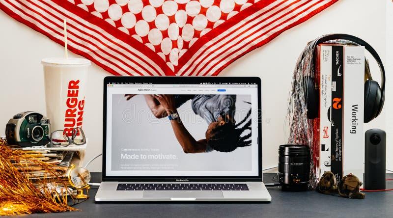 Apple website med senast klockaserie 4 arkivfoton