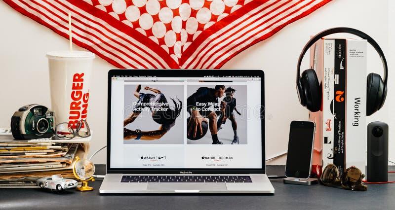 Apple website med senast klockaserie 4 royaltyfri foto
