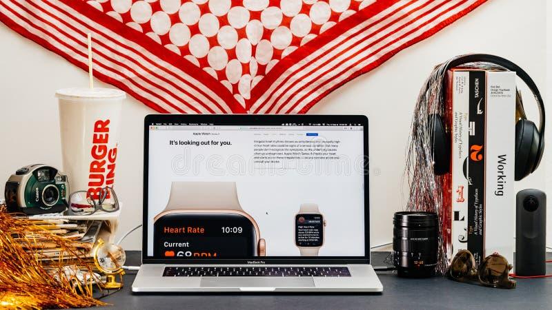 Apple website med senast klockaserie 4 royaltyfri fotografi