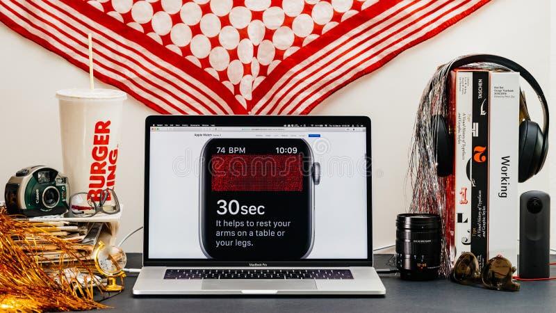 Apple website med senast klockaserie 4 arkivbild