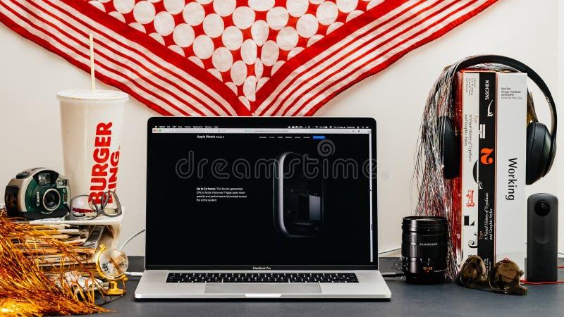 Apple website med senast klockaserie 4 royaltyfria foton