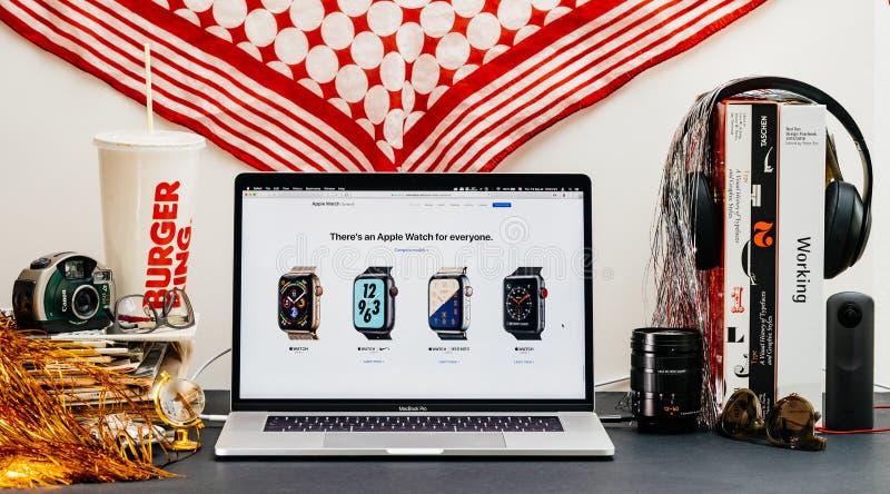 Apple website med senast klockaserie 4 alla royaltyfri fotografi