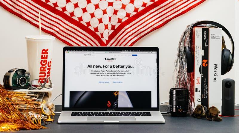 Apple website med senast klockaserie 4 med ny design, arkivbild