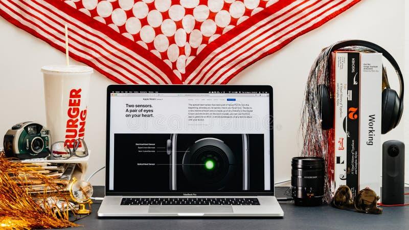 Apple website med senast ny bakre senosr för klockaserie 4 arkivbilder