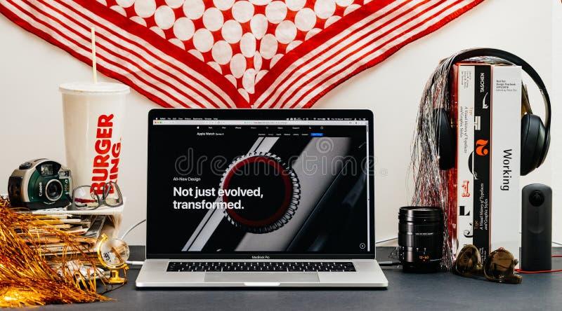 Apple website med senast ny specifikation för klockaserie 4 arkivfoto