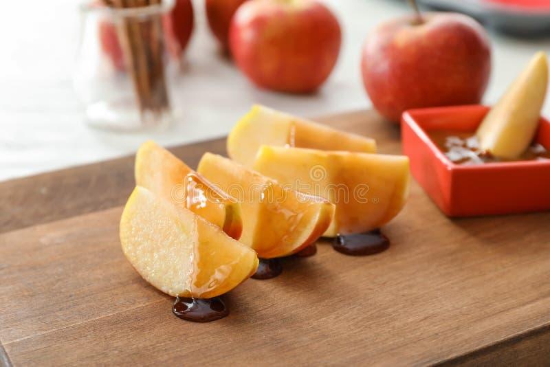 Apple-wiggen met saus op houten raad royalty-vrije stock fotografie