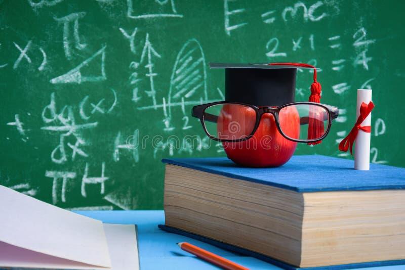Apple-Wissens-Symbol und Bleistift-Bücher auf dem Schreibtisch stockbild