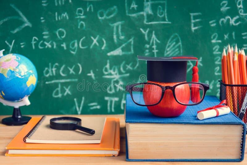 Apple-Wissens-Symbol und Bleistift-Bücher auf dem Schreibtisch mit Brett b stockbilder