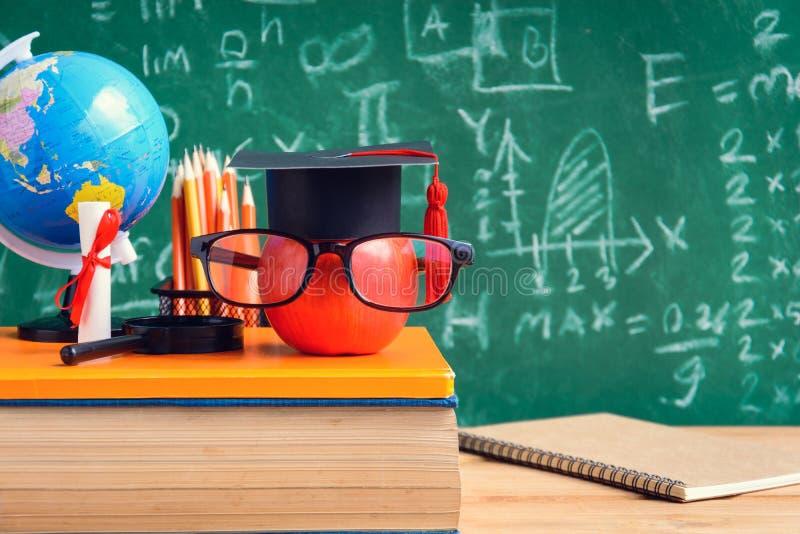 Apple-Wissens-Symbol und Bleistift-Bücher auf dem Schreibtisch mit Brett b stockfoto