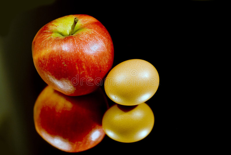 Apple y un huevo imágenes de archivo libres de regalías