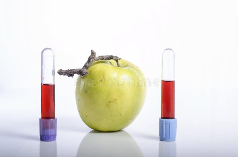 Apple z próbką krwi jako pojęcie zdrowy życie obrazy royalty free