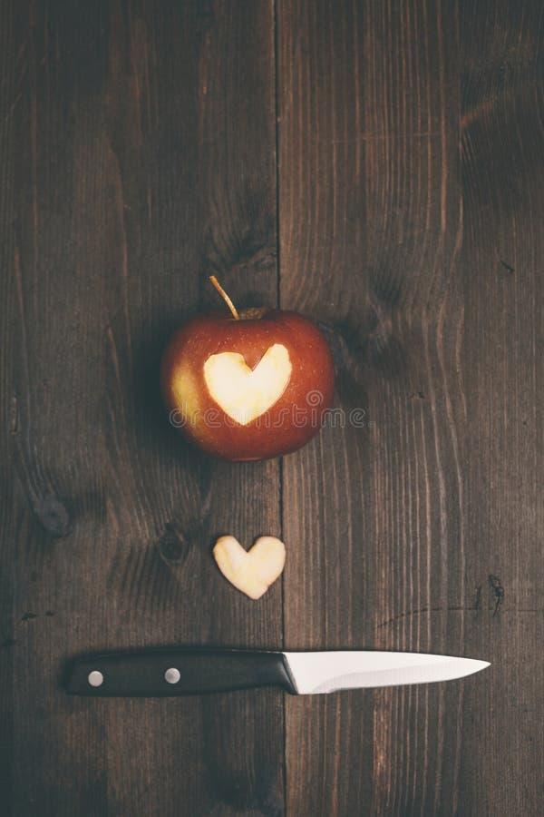 Apple z sercem ciie w je zdjęcie royalty free