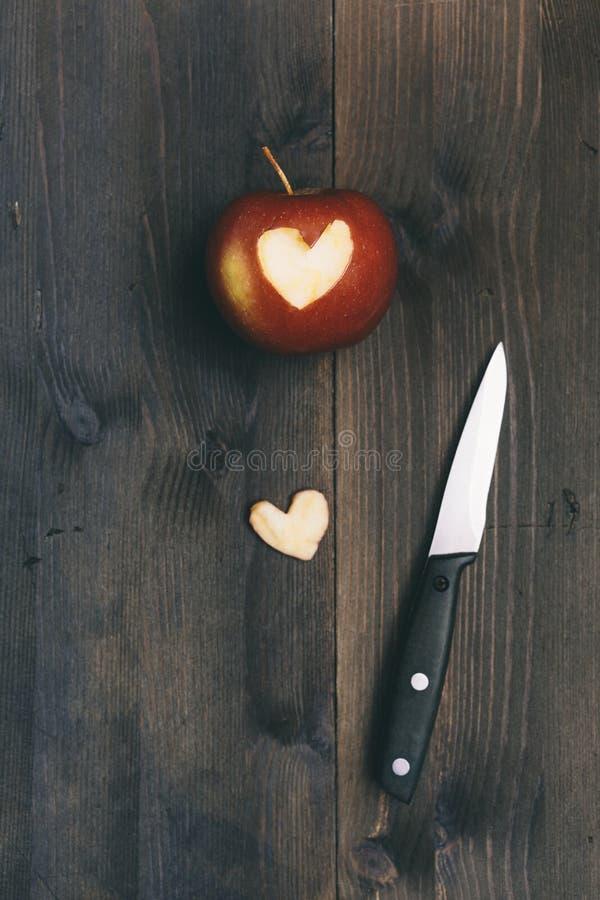 Apple z sercem ciie w je zdjęcia stock