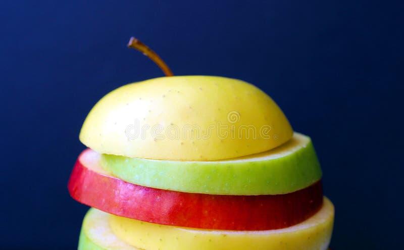 Apple zwei färben neuen saftigen Schnitt in Scheiben stockbild