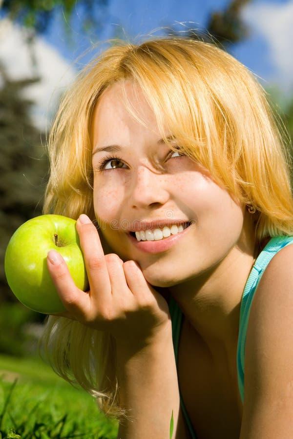 appleon есть женщину лета glade зеленую стоковые изображения rf