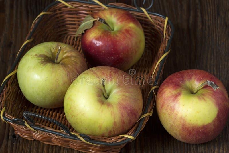 apples crate organic 库存照片